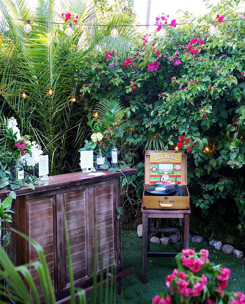 cottage_outside_wedding